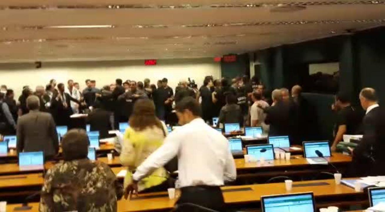 Agentes penitenciários invadem plenário da comissão da reforma da Previdência