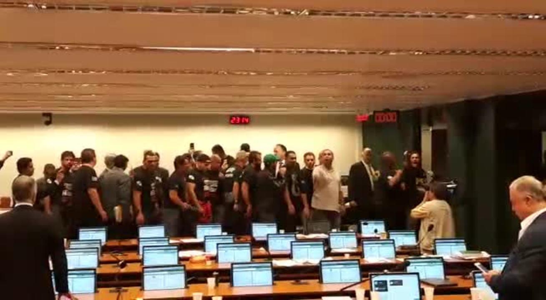 Agentes penitenciários gritam palavras de ordem durante protesto na Câmara