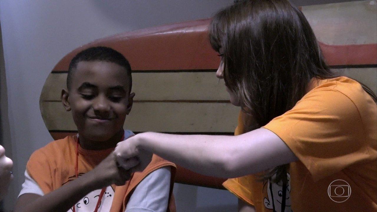 Alice Wegmann fala sobre bullying com as crianças do Sonhar Acordado