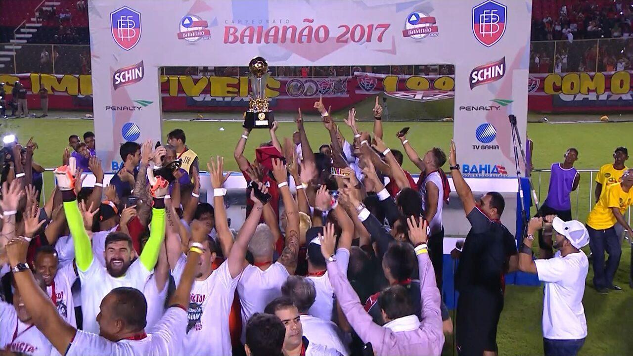 Vitória recebe o troféu do Baianão 2017 f7bad89db1579