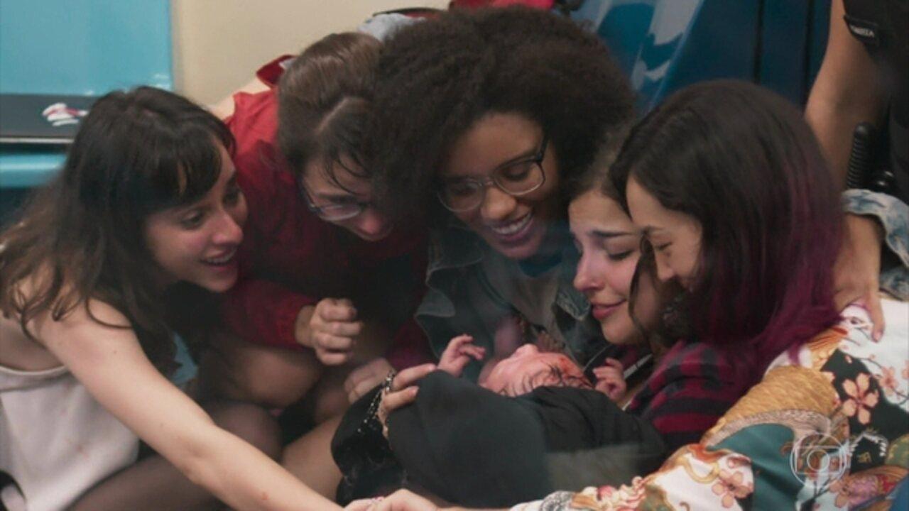 Malhação - Viva a Diferença - Capítulo de segunda-feira, 08/05/2017, na íntegra - Lica, Ellen e Tina fazem o parto de Keyla