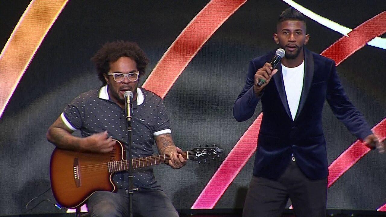Rodinei, do Flamengo, canta