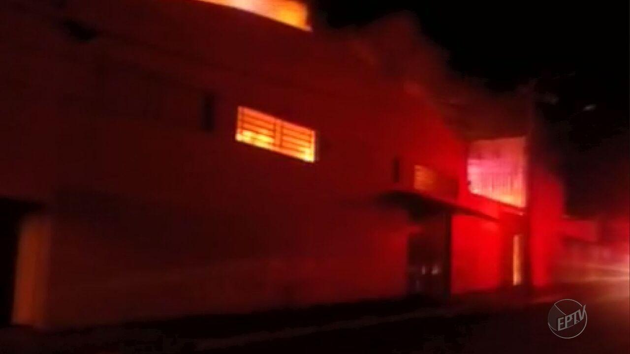 Barracão da fábrica de calçados Carmen Steffens pega fogo em Franca, SP