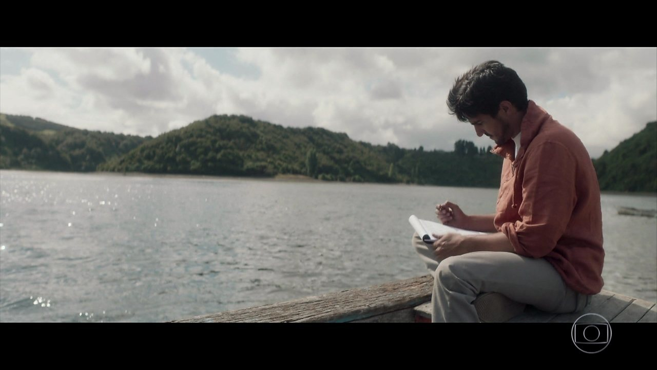 No Chile, e morto de saudades da amada, Renato começa a escrever uma carta para Alice