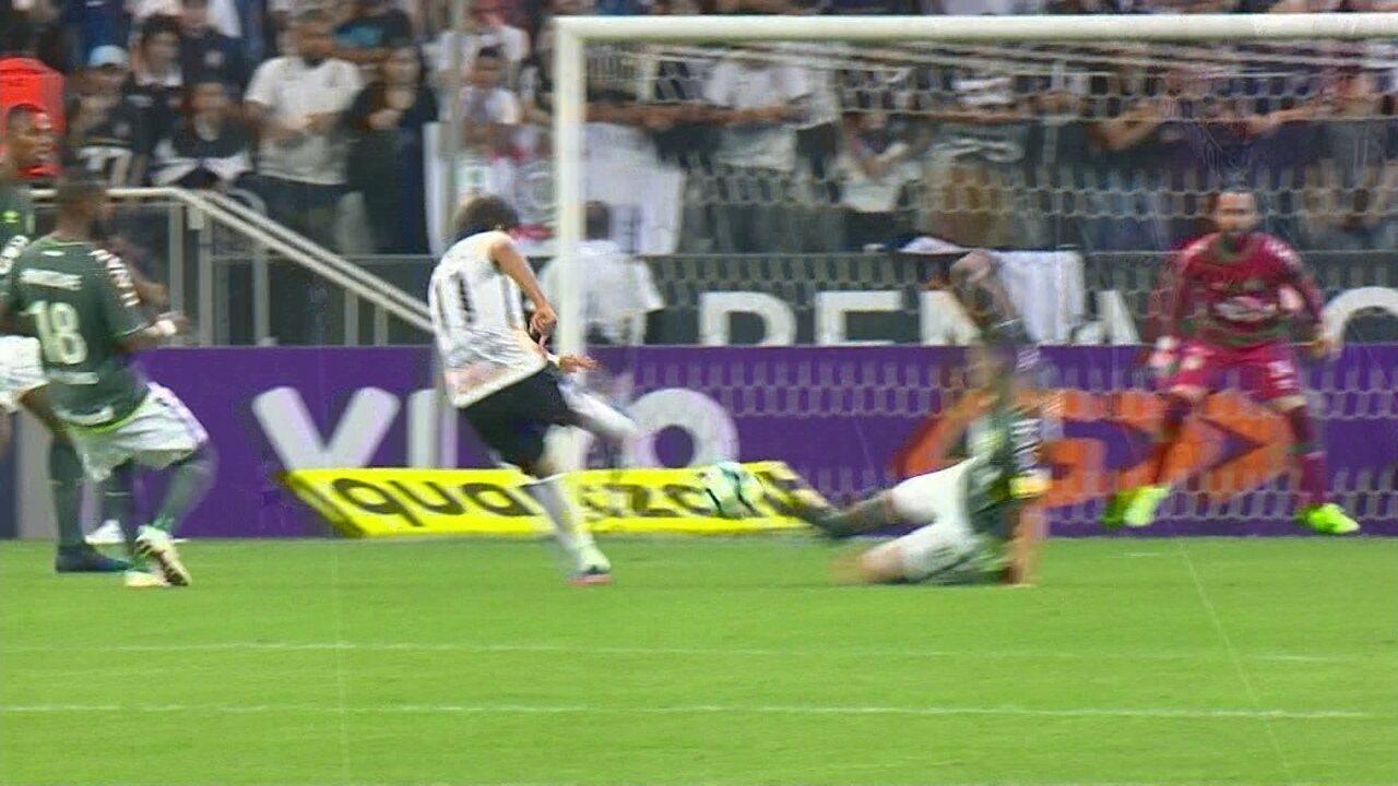 Romero recebe e arrisca de longe com perigo para Jandrei, aos 7' do 1º Tempo