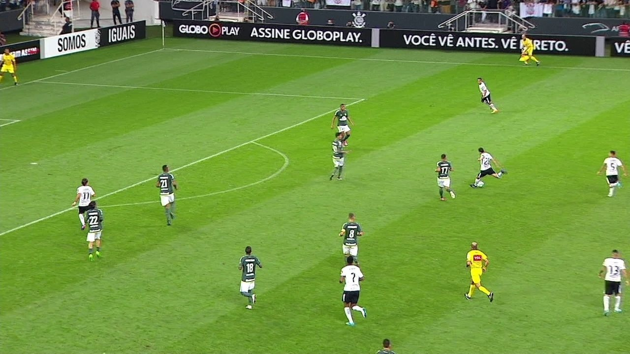 Rodriguinho recebe, chuta de longe e bola passa muito perto do gol, aos 9' do 2º Tempo