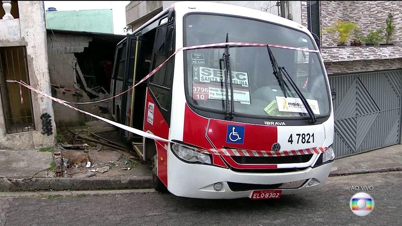 Micro-ônibus invade casa na Zona Leste de São Paulo