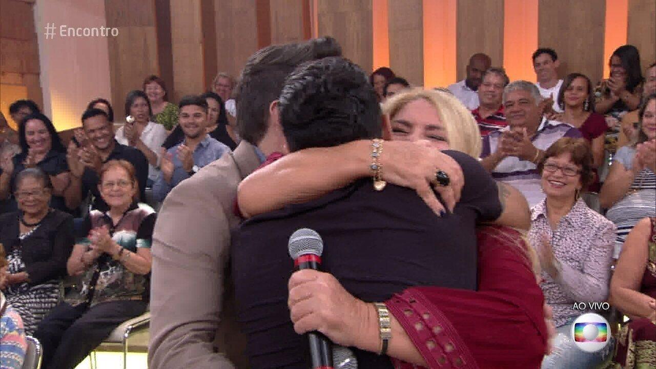 Marcos e Belutti 'filam' abraço grátis