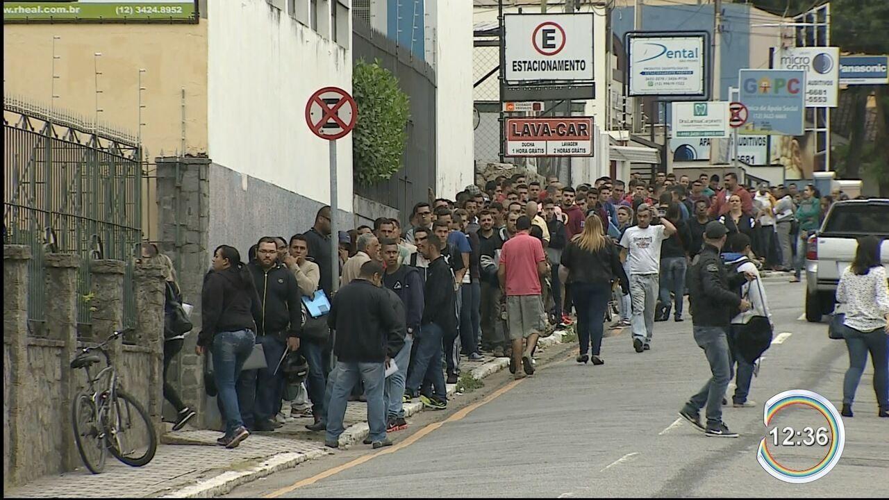 Fila longa em frente a agência de emprego chama atenção em Taubaté
