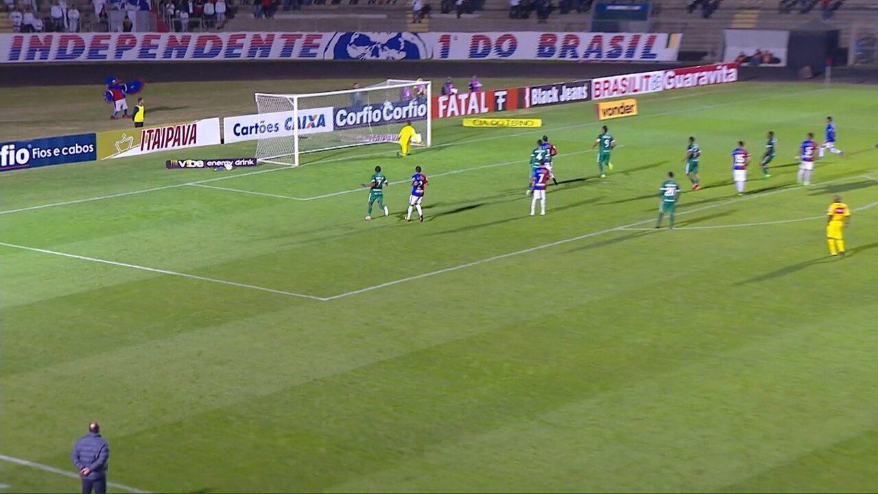 Tiago Luís cobra falta e quase marca! A bola passa perto e dá a impressão de ter entrado
