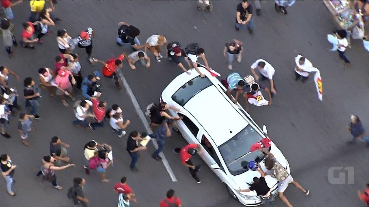 Motorista avança contra manifestantes durante protesto contra Michel Temer em Goiânia