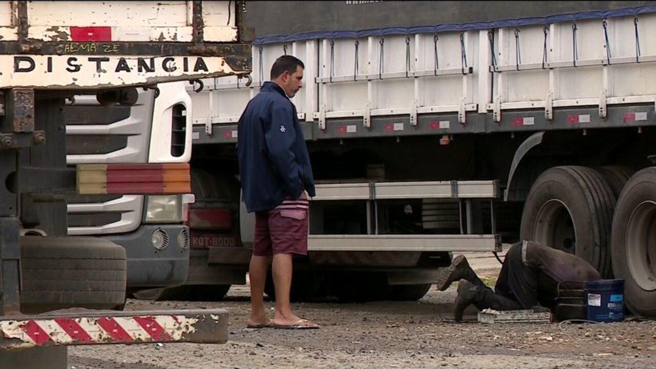 Cerca de 2 mil caminhões estão parados no ES por falta de serviço