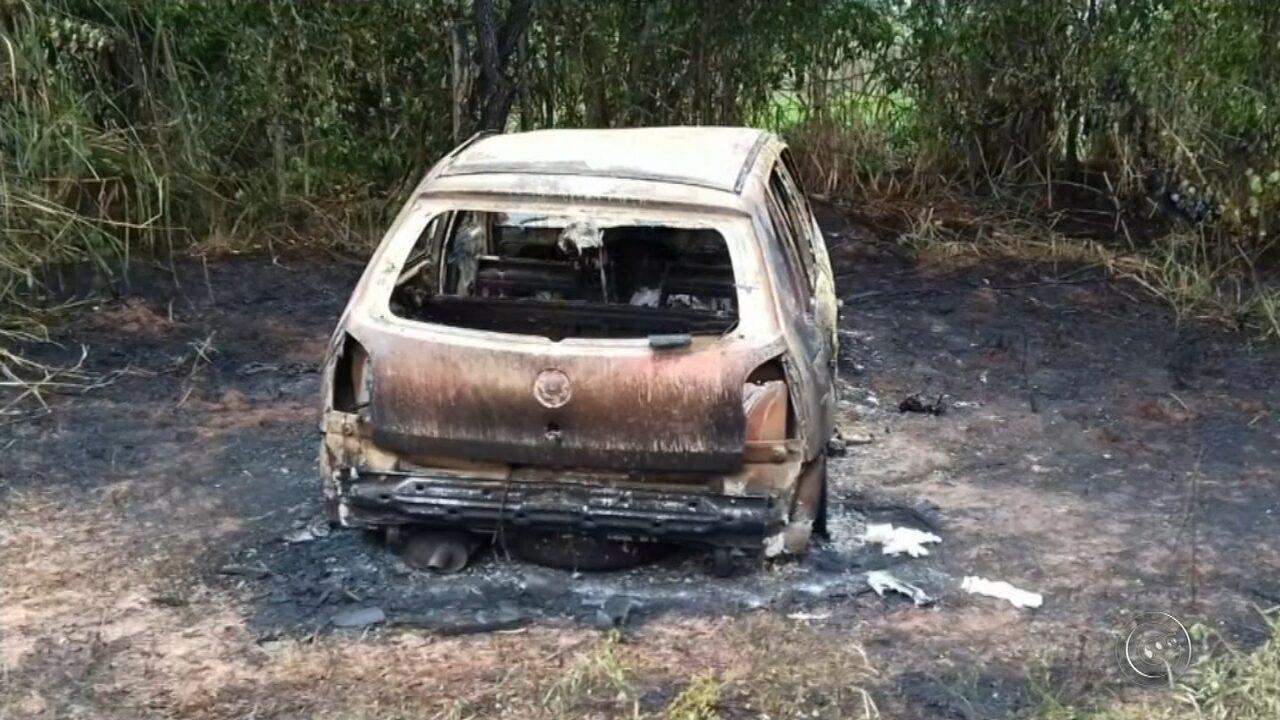 Corpo é encontrado dentro de porta-malas de carro incendiado em Anhembi