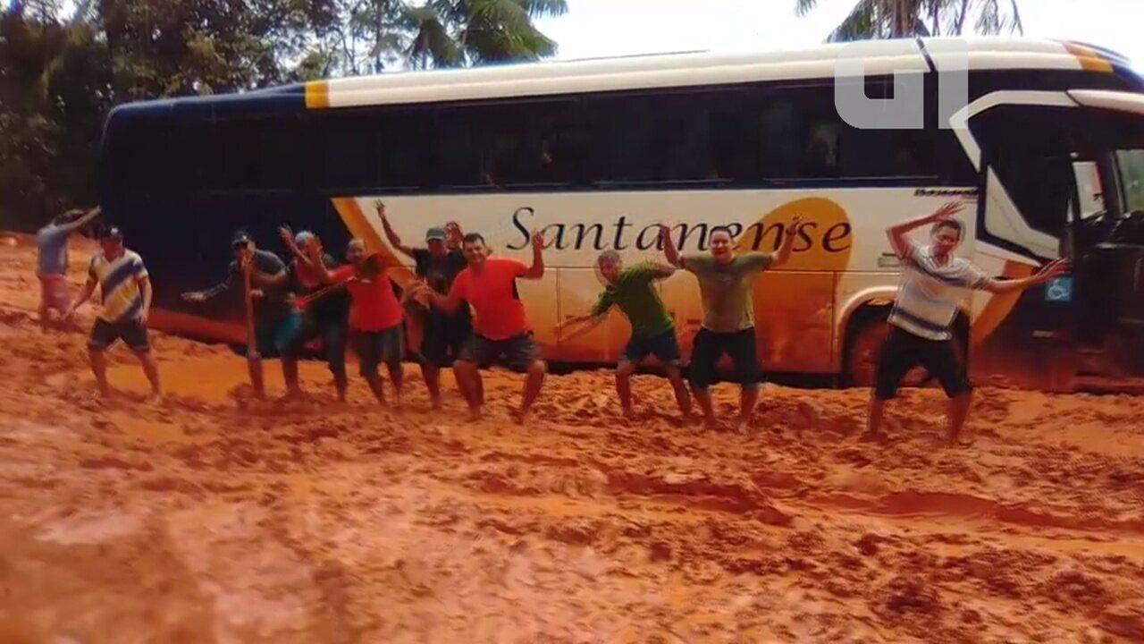 Grupo faz protesto com dancinha imitando siri em atoleiro no trecho norte da BR-156