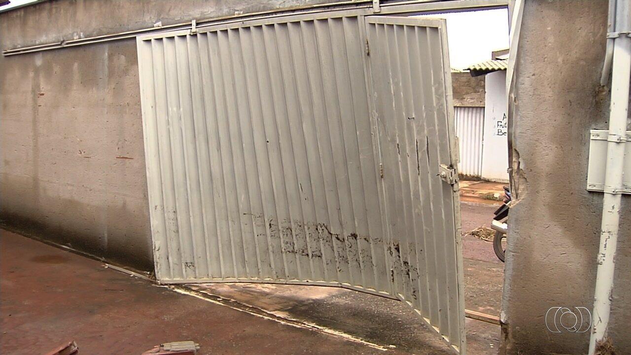 Chuva derrubou muro de casa e deixou erosão em Goianira