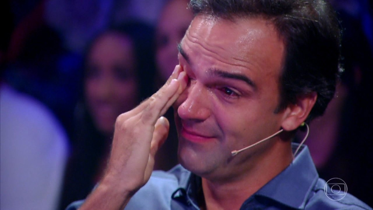 Tadeu Schmidt recebe homenagem das filhas e não segura emoção no 'Tamanho Família'
