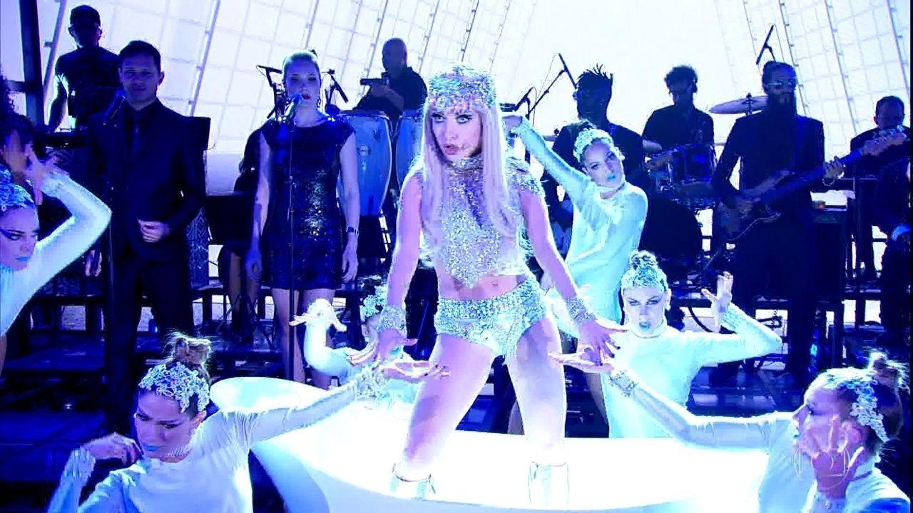 Luiza Possi dá show como Lady Gaga