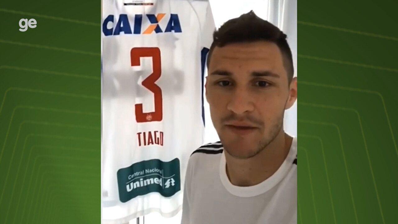 Jogador do Bahia doa camisa para ajudar Associação Brasileira Protetora dos  Animais f4ede5855c021