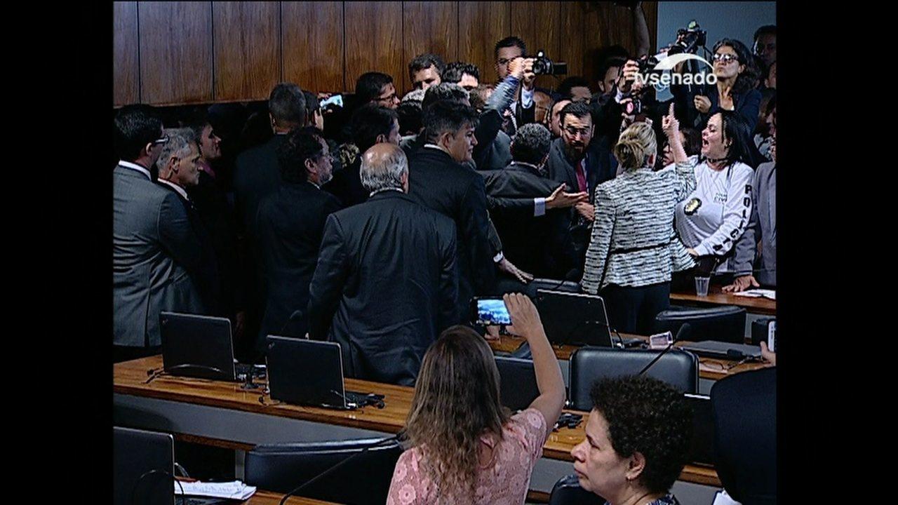 Sessão de comissão do Senado é interrompida por bate-boca e agressão entre senadores
