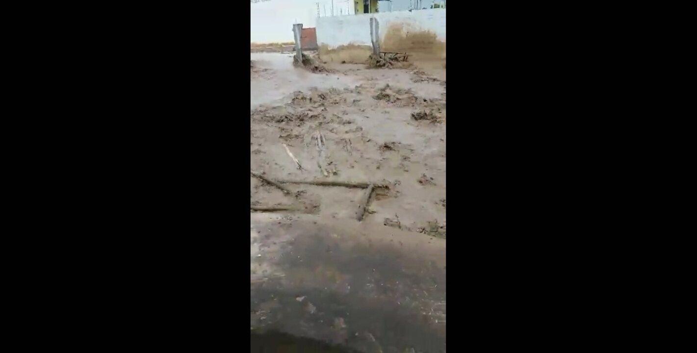 Açude se rompe e espalha lama pelas ruas de Igreja Nova