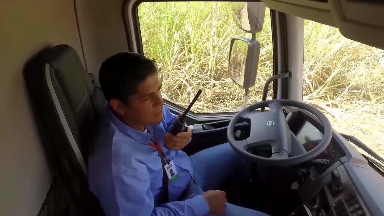 Caminhão desenvolvido no Brasil pode andar sozinho em lavouras de cana