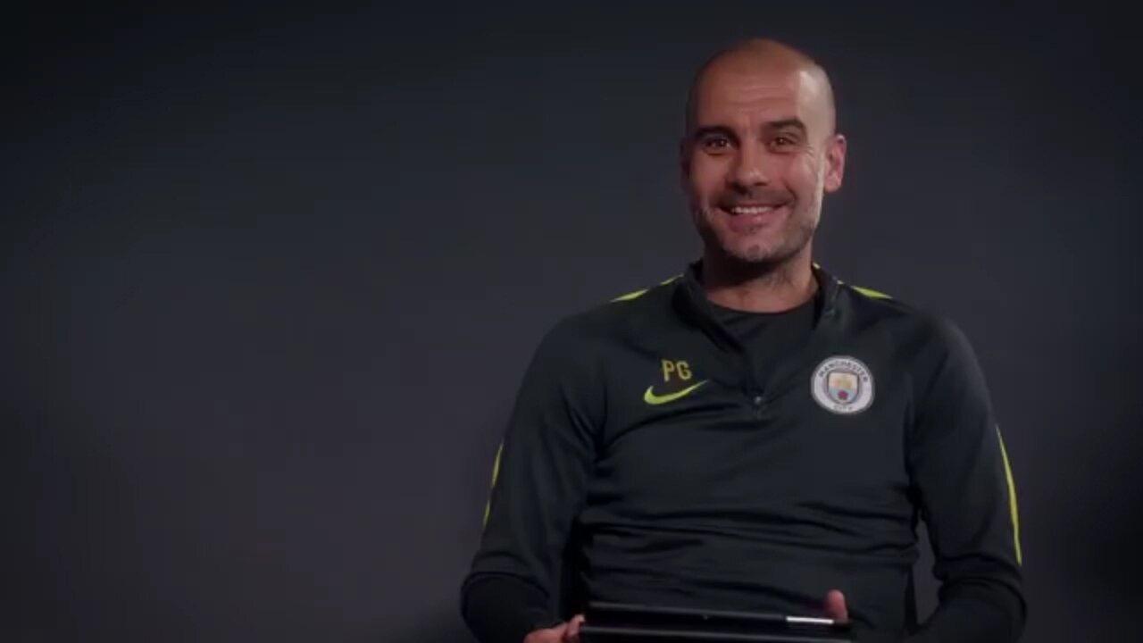 """Guardiola responde perguntas de torcedores do City e compara diferenças no futebol nos países onde passou: """"O princípio é o mesmo"""""""