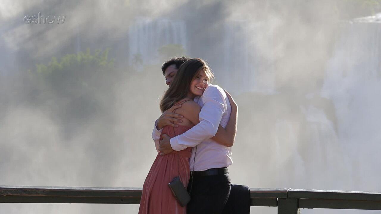 Camila Queiroz e Mateus Solano gravam o primeiro beijo de Luíza e Eric