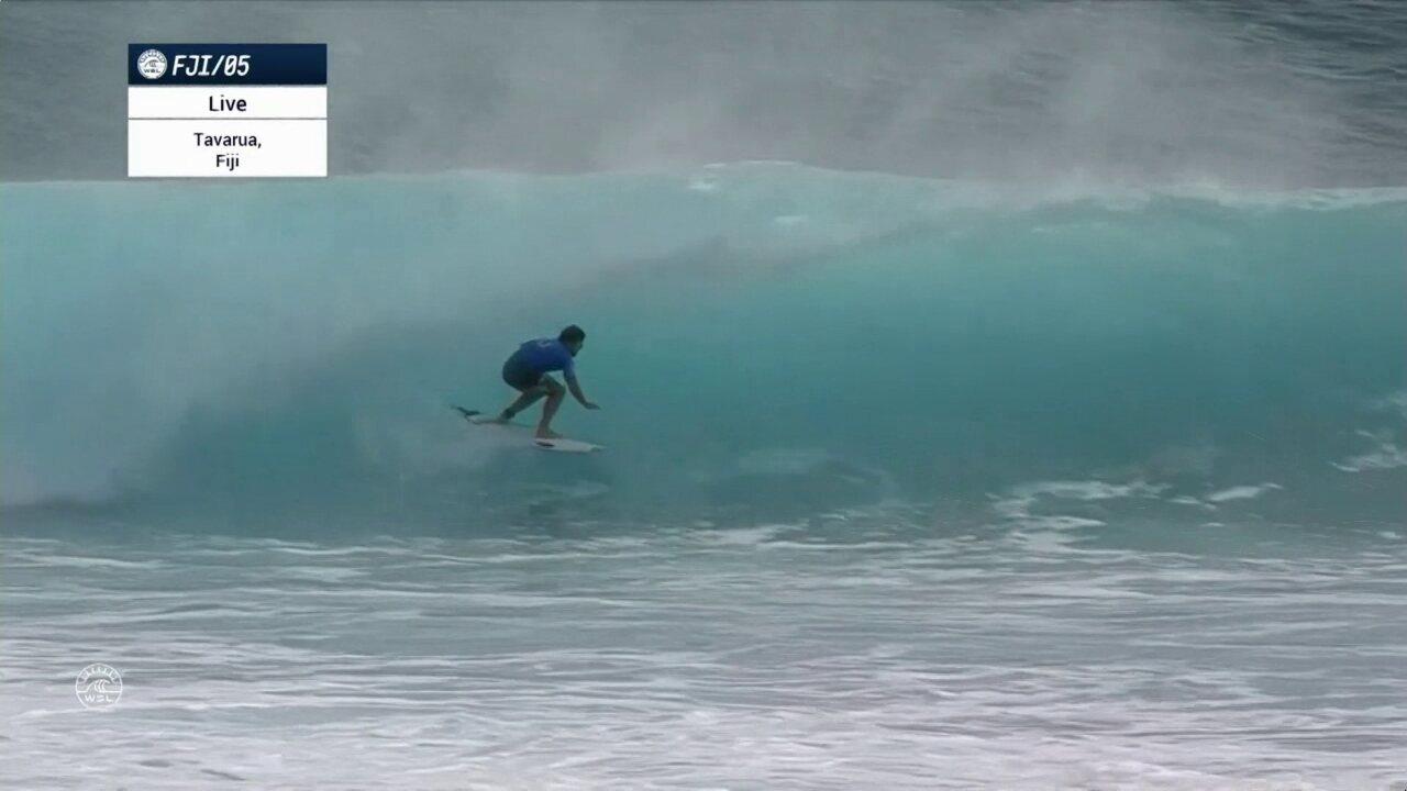 Ian Gouveia surfa um tubo longo e leva 8.33, no Mundial de surfe em Fiji