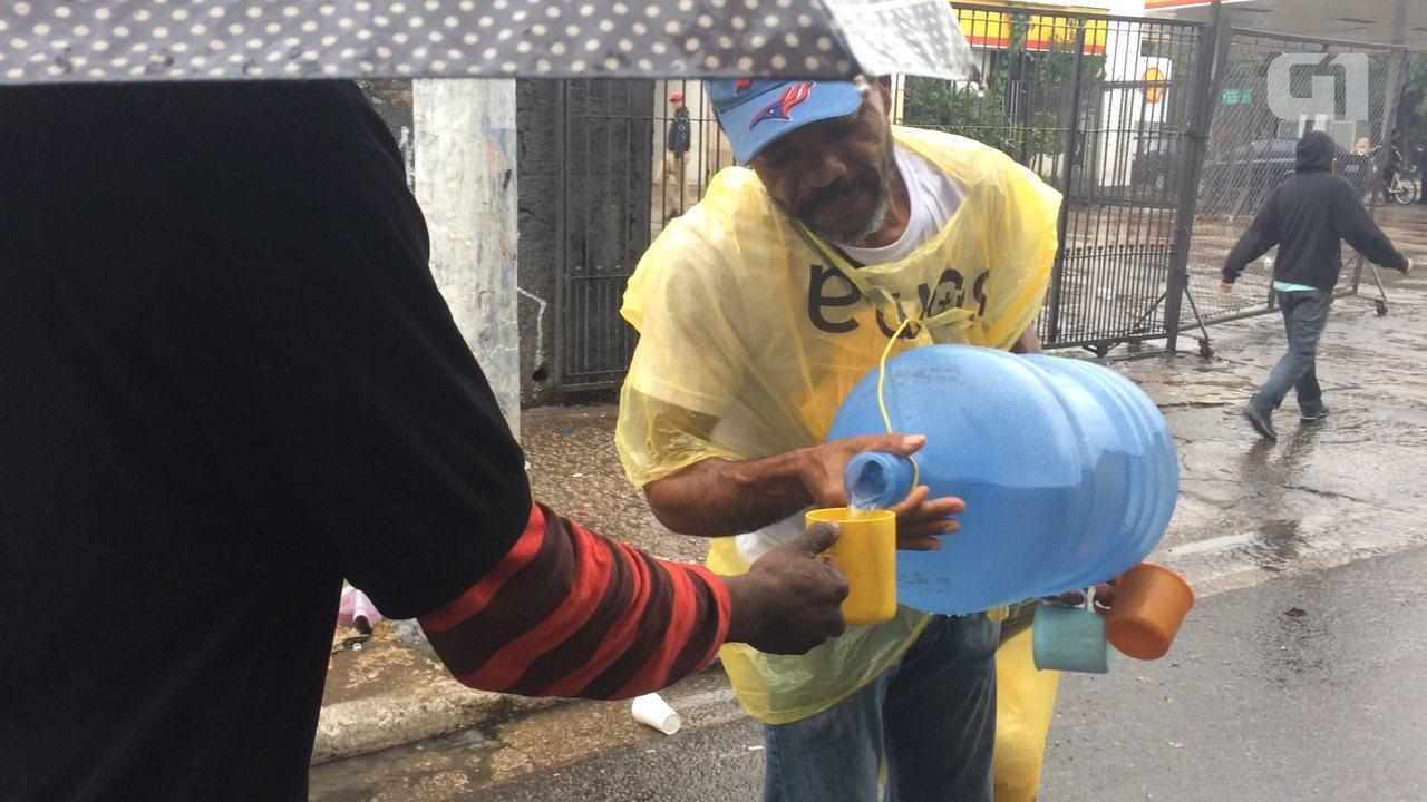 Há 1 ano, gari arrecada pão e água para doar a usuários da Cracolândia