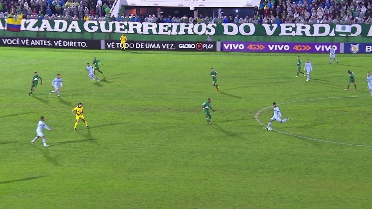 Gol do Grêmio! Michel arrisca do círculo central e encobre Jandrei, aos 20' do 1º Tempo