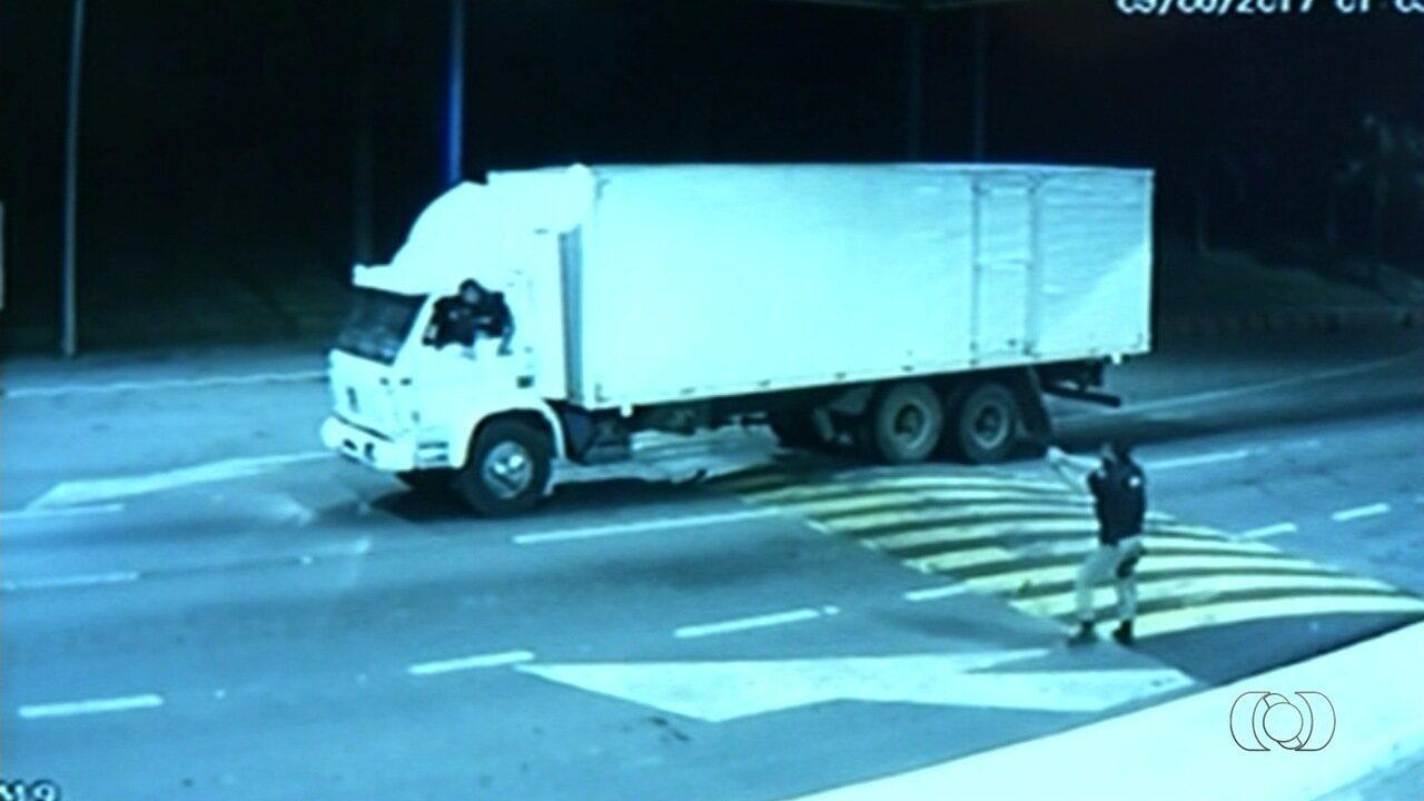 Caminhoneiro pula de veículo ao ser rendido por criminoso, em Goiás