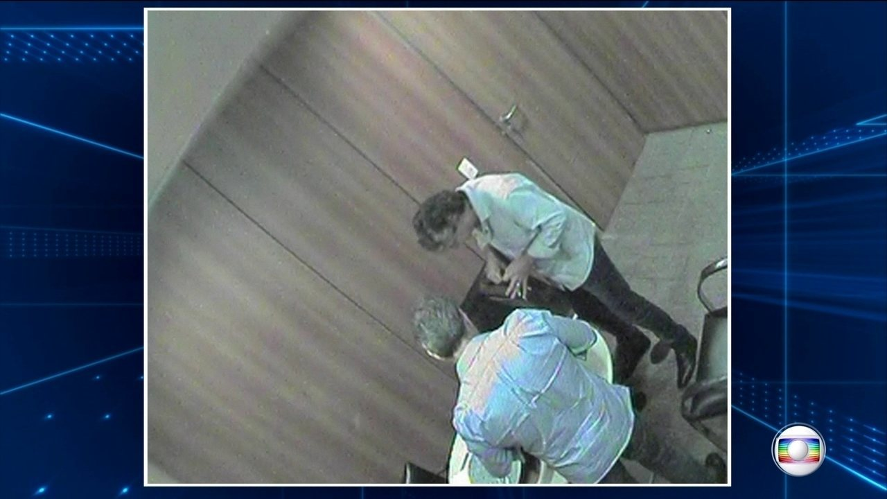 Imagens mostram primo de Aécio Neves recebendo propina de alto executivo da JBS