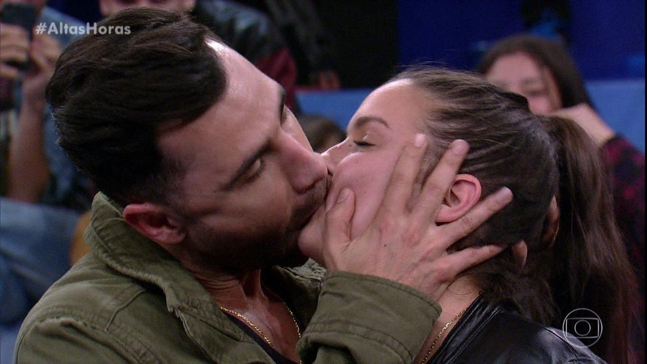 Rodrigo Sant'Anna dá um beijo em participante da plateia no 'Altas Horas'