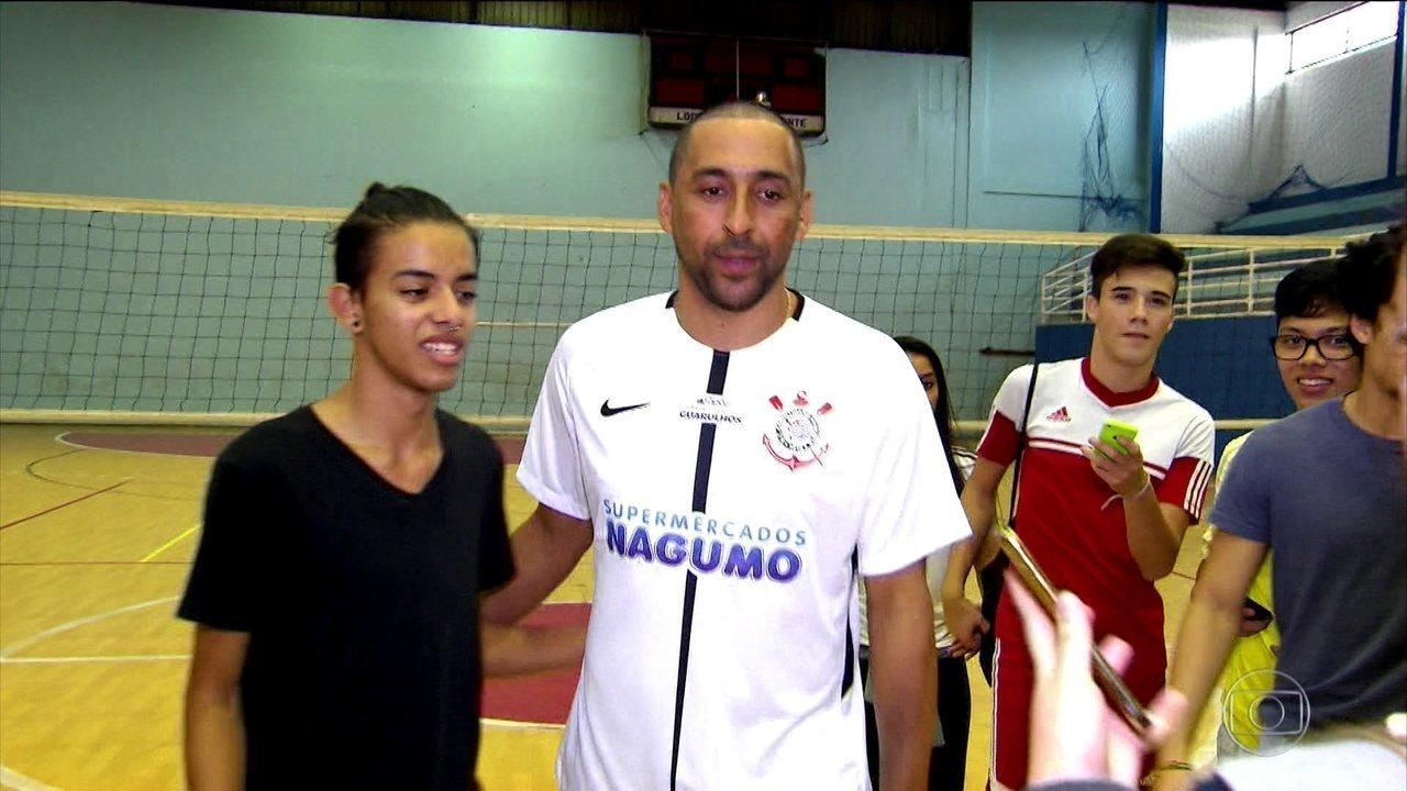 Corinthians apresenta novo time de vôlei com o craque Serginho d3f1ca1e42354