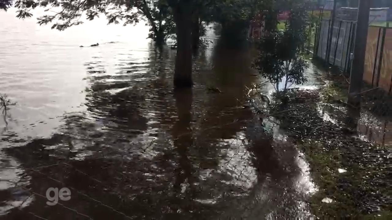 Água do Guaíba quase invade campo do CT do Inter
