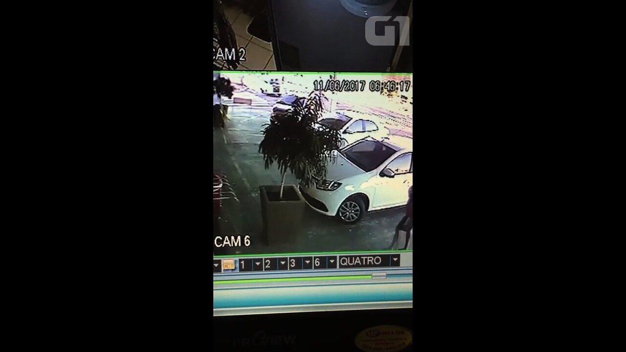 Vídeo mostra momento em que Kombi bate em poste