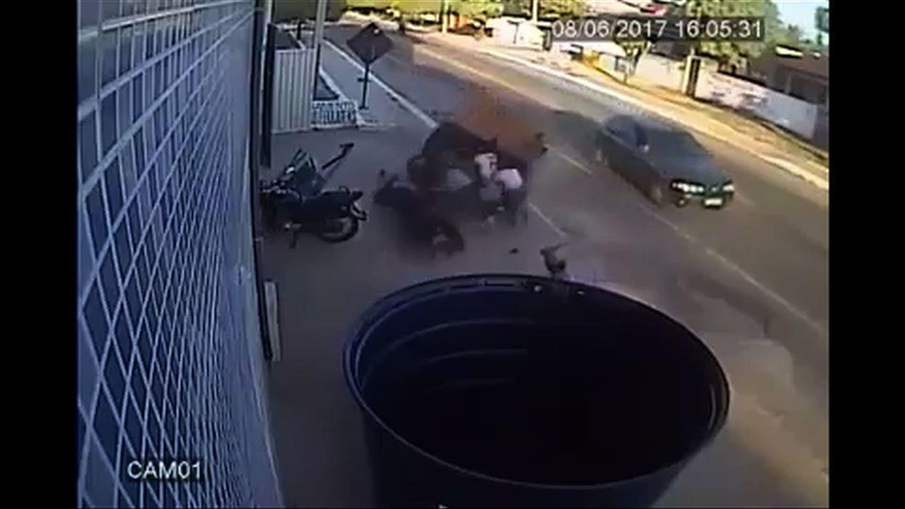 Reboque se solta de carro e atinge grupo de estudantes em Itarema