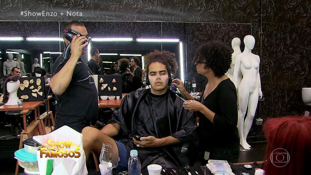 Enzo Romani mostra sua transformação para homenagear a banda Kaoma