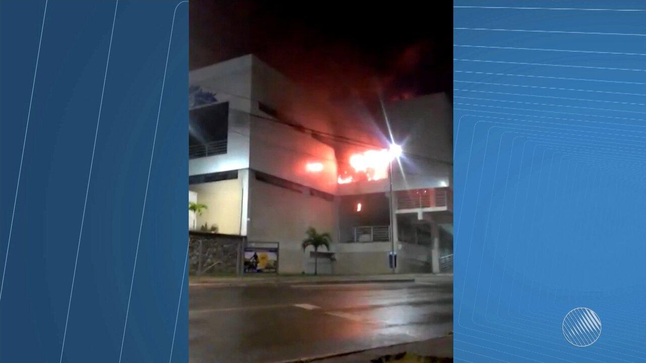 Incêndio atinge o Mercado Municipal de Cajazeiras X, em Salvador