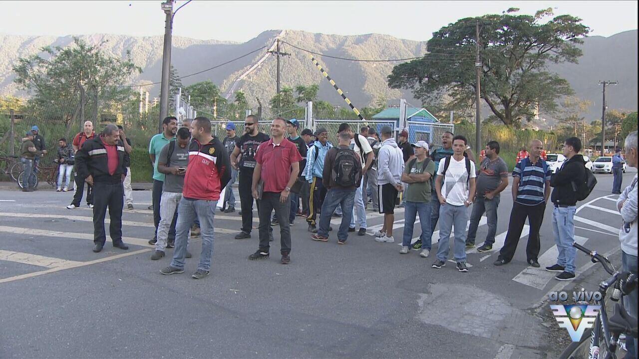 Desempregados fazem protesto em Cubatão, SP
