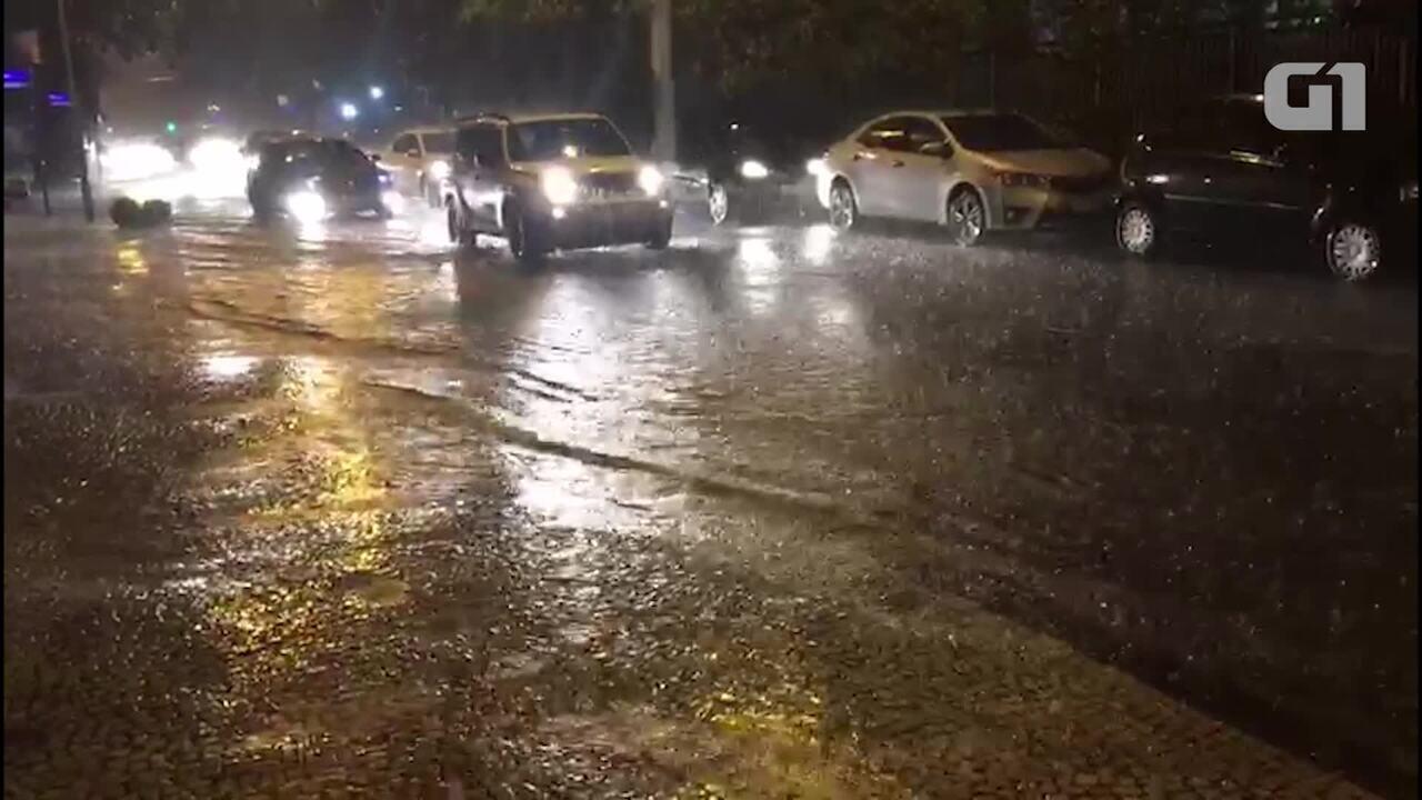 Ruas da Zona Sul ficam alagadas após forte chuva