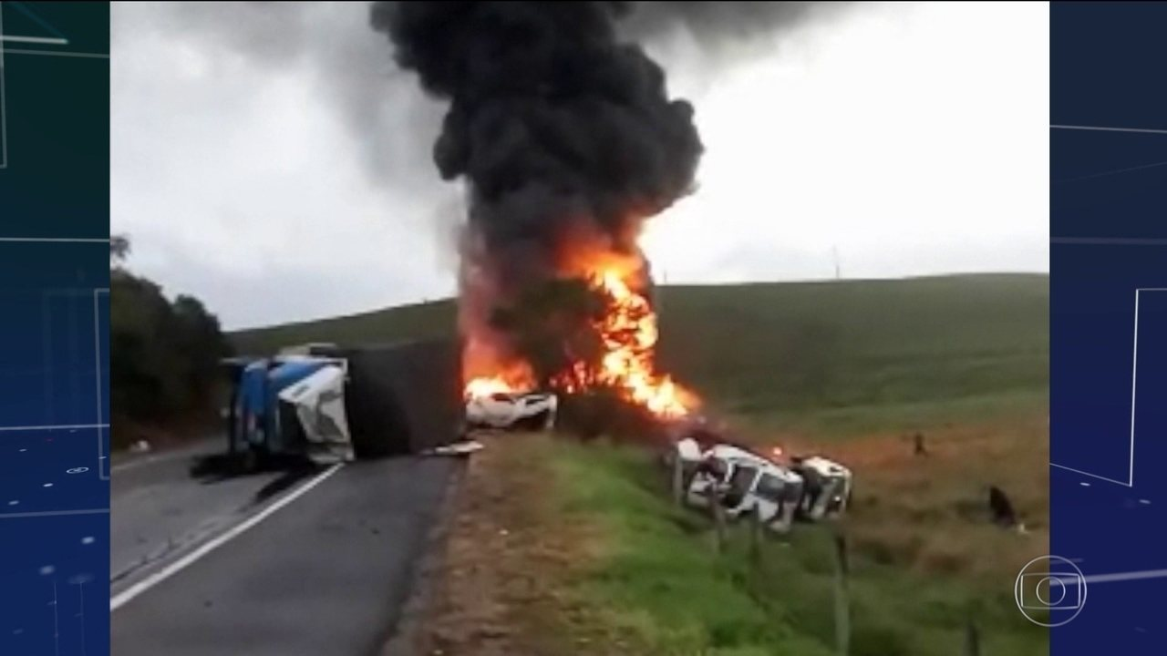 Acidente entre ambulâncias, carreta e ônibus deixa 21 mortos na BR-101