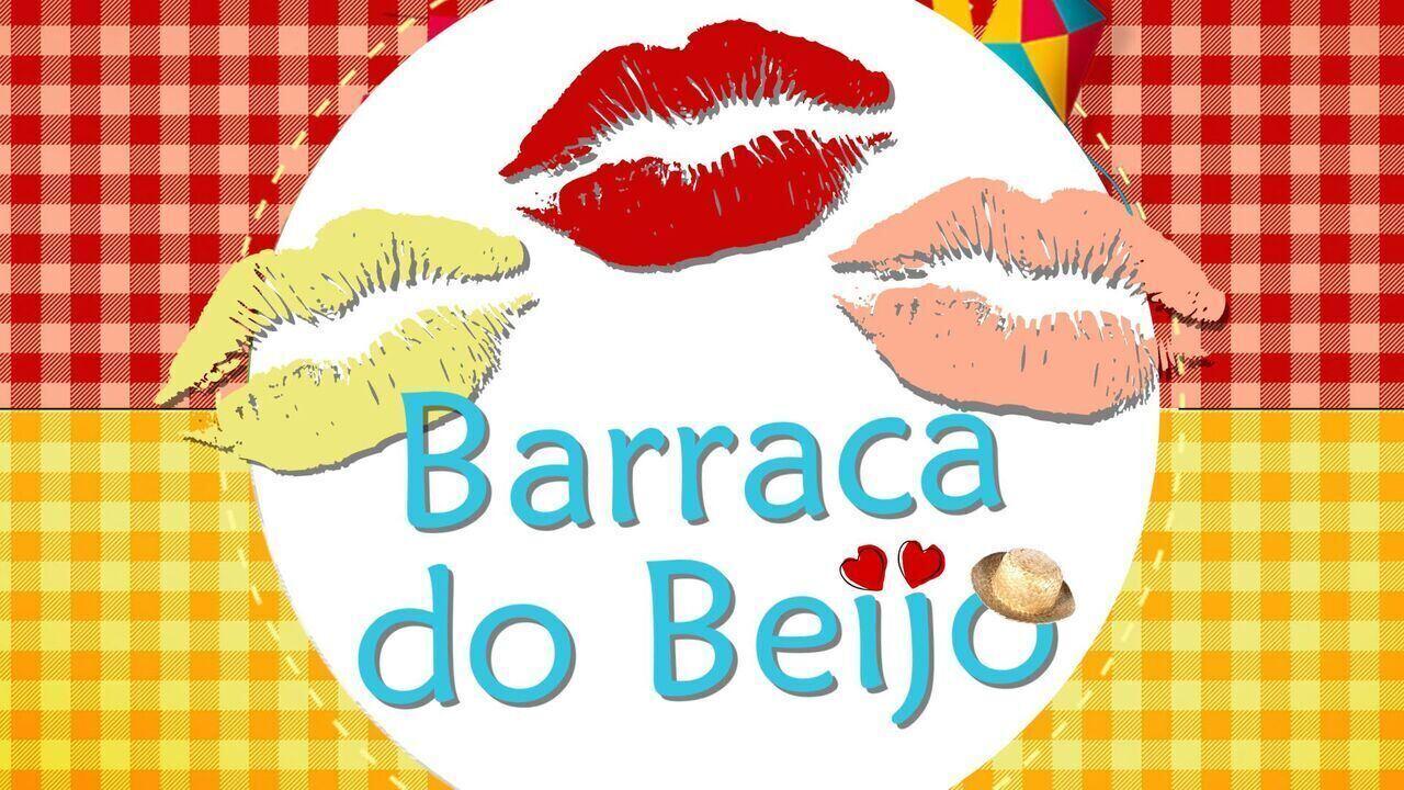 Trio 'Combinado' se diverte na famosa Barraca do Beijo