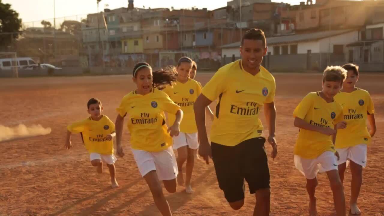 Homenagem aos brasileiros  Marquinhos apresenta camisa amarela do ... 3b5359dca8c71