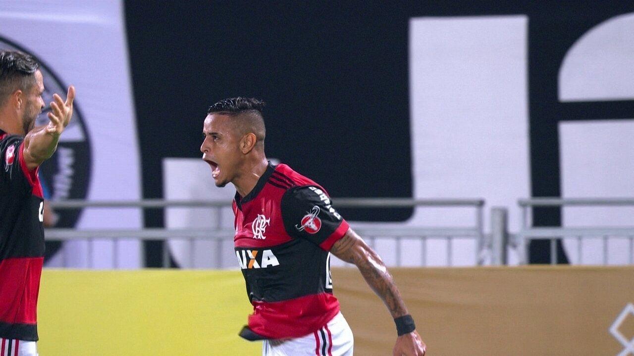 Gol do Flamengo! Guerrero toca de calcanhar, e Everton chuta no ângulo, aos 26' do 1º T