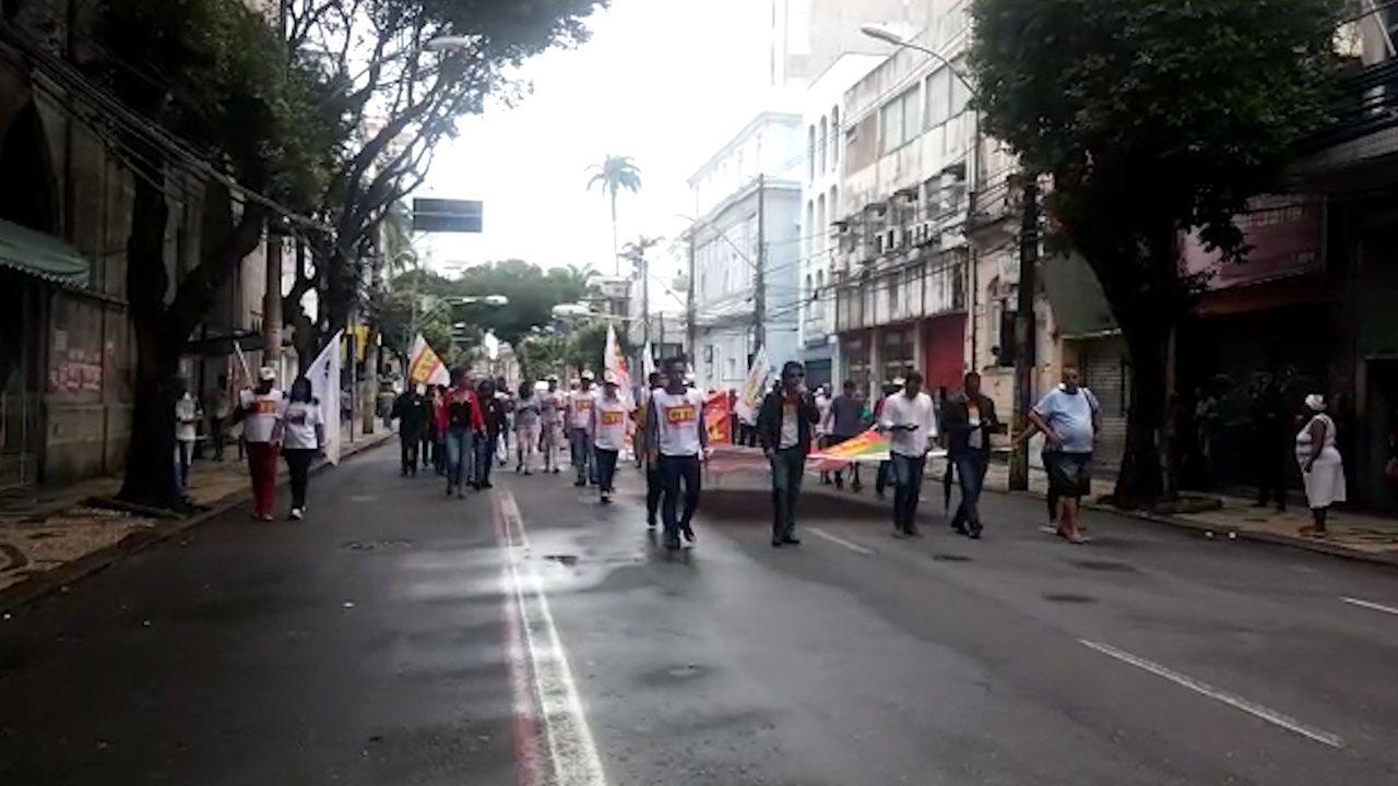 Manifestantes caminham na Avenida 7