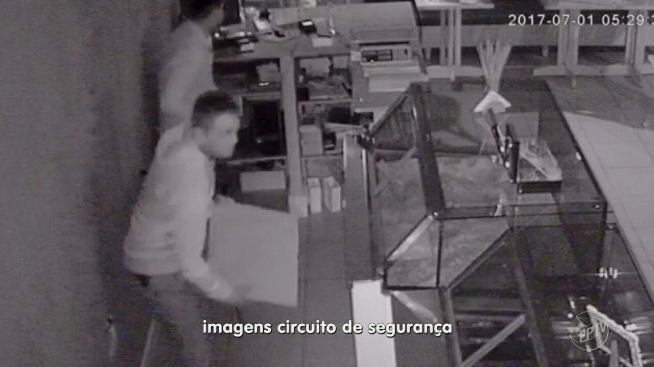 Câmeras de segurança registram roubo a loja de bolos em bairro de Vinhedo