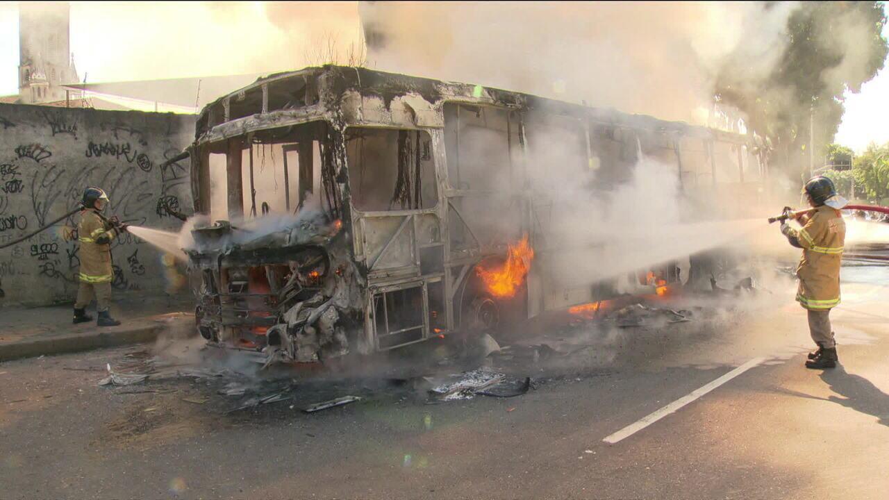 Ônibus são incendiados após homem ser baleado no morro do São Carlos, no Rio