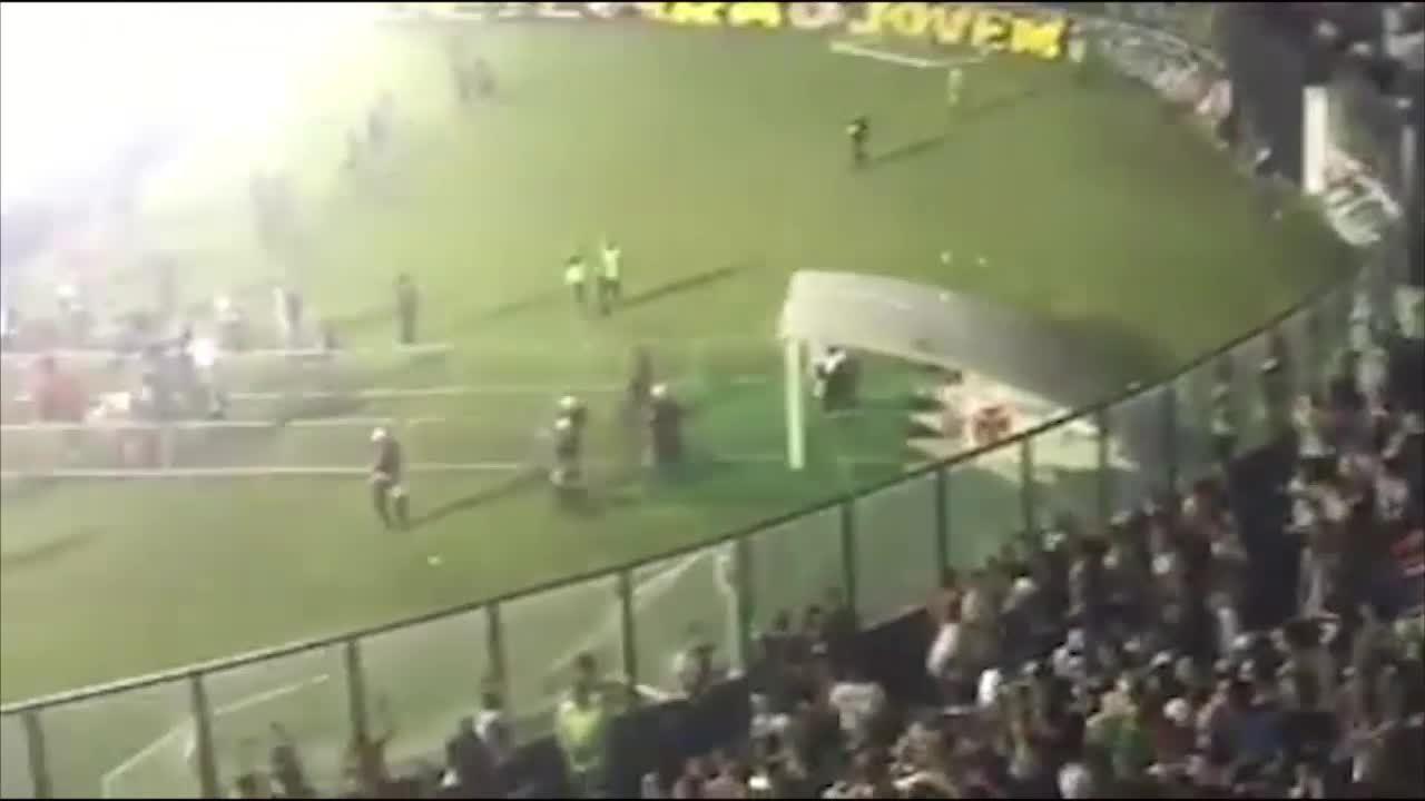 Torcida do Vasco e polícia trocam agressões em meio a rojões e bombas em São Januário