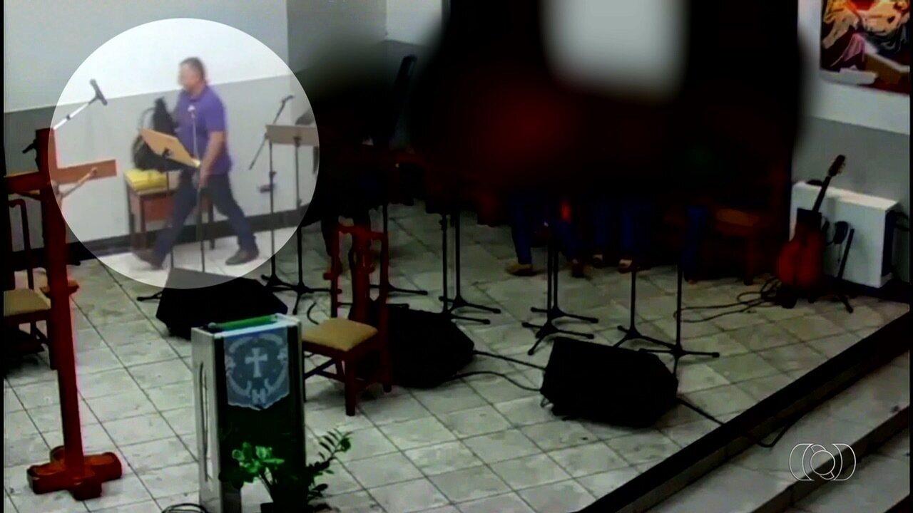Vídeo mostra homem furtando bolsa em altar de igreja do Setor Bueno, em Goiânia